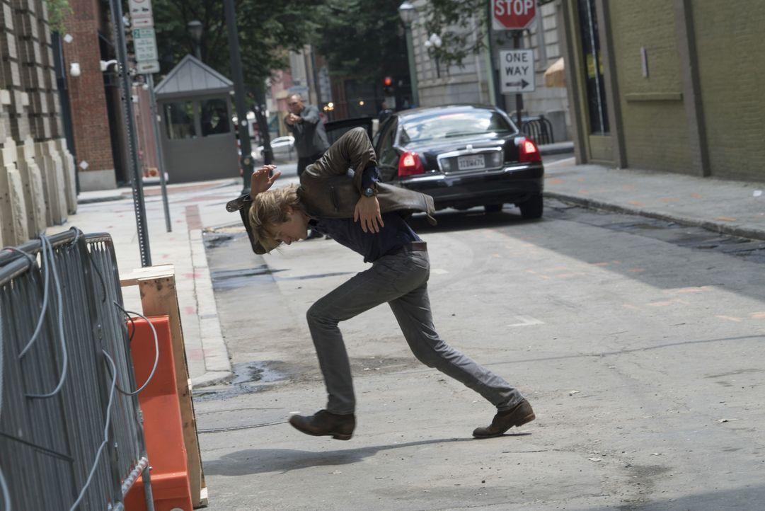 Während MacGyver (Lucas Till, vorne) alles tut, um die Welt vor dem Ausbruch des gefährlichen Killervirus zu schützen, gerät er selbst in den Kugelh... - Bildquelle: 2016 CBS Broadcasting, Inc. All Rights Reserved