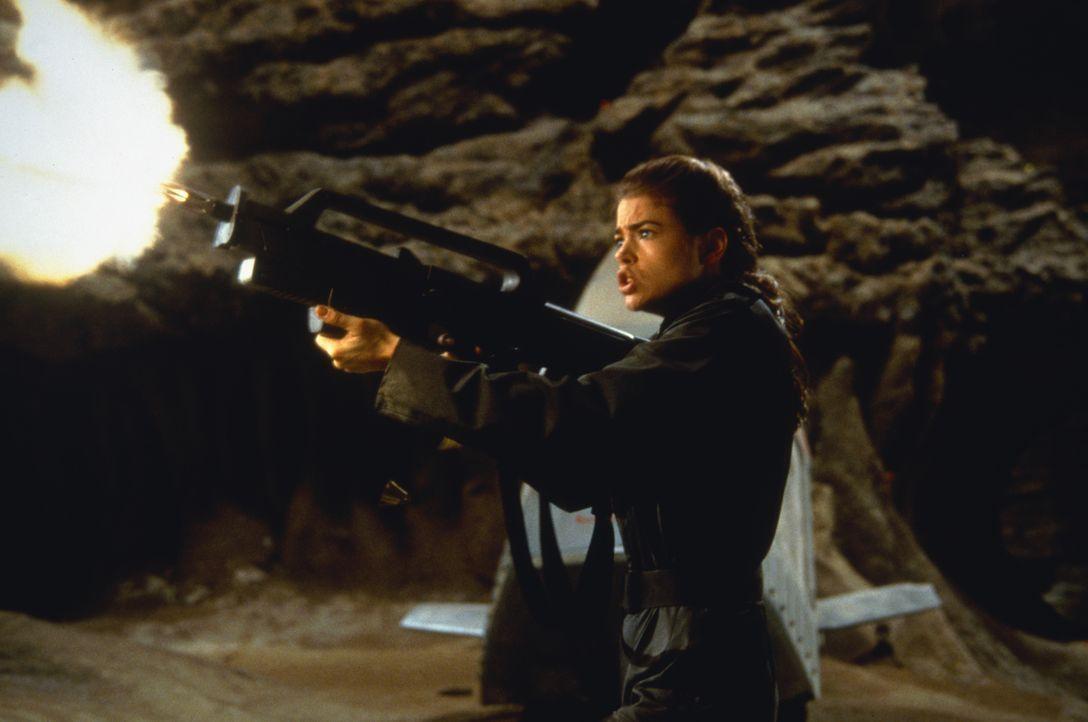 Unterschätzt zunächst die Käfer-Armee: Carmen (Denise Richards) ... - Bildquelle: TriStar Pictures