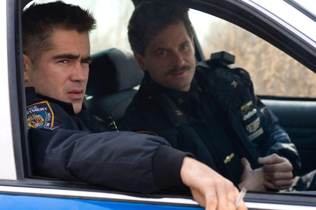 Haben eine Möglichkeit gefunden, ihr eher mäßiges Polizistengehalt aufzupeppen: die Cops Jimmy (Colin Farrell, l.) und Kenny (Shea Whigham, r.). Doc... - Bildquelle: 2008   Warner Brothers
