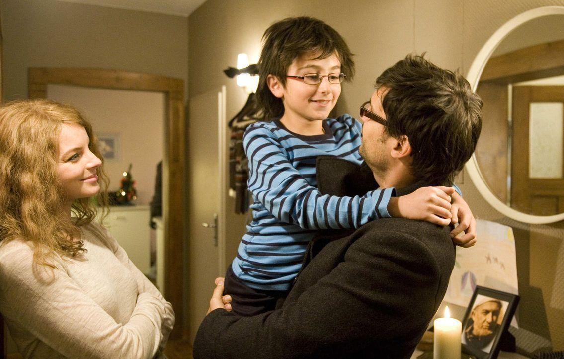Für Karla Ben Yakin (Yvonne Catterfeld, l.) sind ihr sudanesischer Mann Zaid (René Ifrah, r.) und der gemeinsame Sohn Hamy (Faraz Kafi, M.) ihr ganz... - Bildquelle: SAT.1