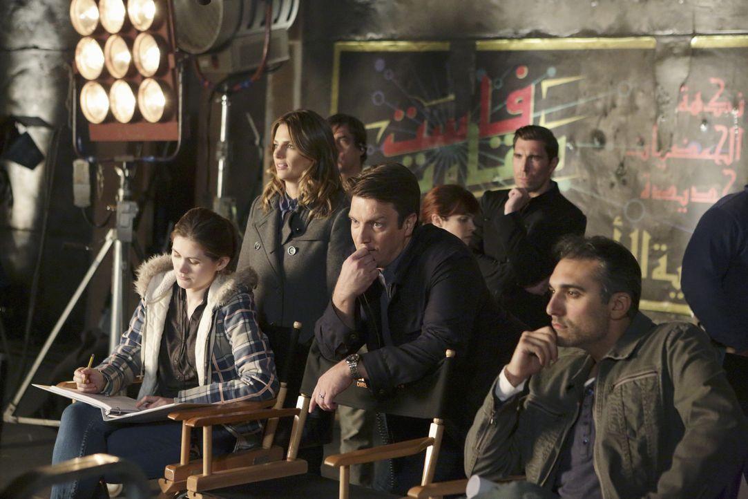 Um einen neuen Mordfall zu lösen, tauchen Castle (Nathan Fillion, M.) und Beckett (Stana Katic, 2.v.l.) in die geheime Vergangenheit des Opfers ein... - Bildquelle: ABC Studios