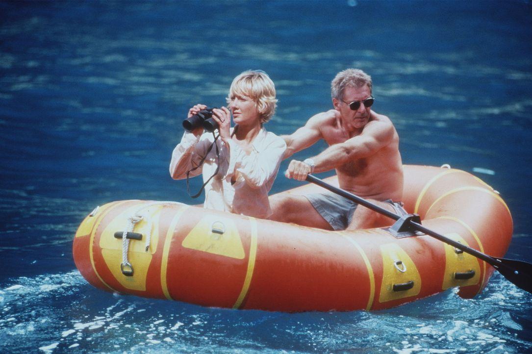 Die klapprige Maschine mit der Robin Monroe (Anne Heche, l.) und Quinn Harris (Harrison Ford, r.) unterwegs sind, stürzt auf einer einsamen Bilderb... - Bildquelle: Touchstone Pictures