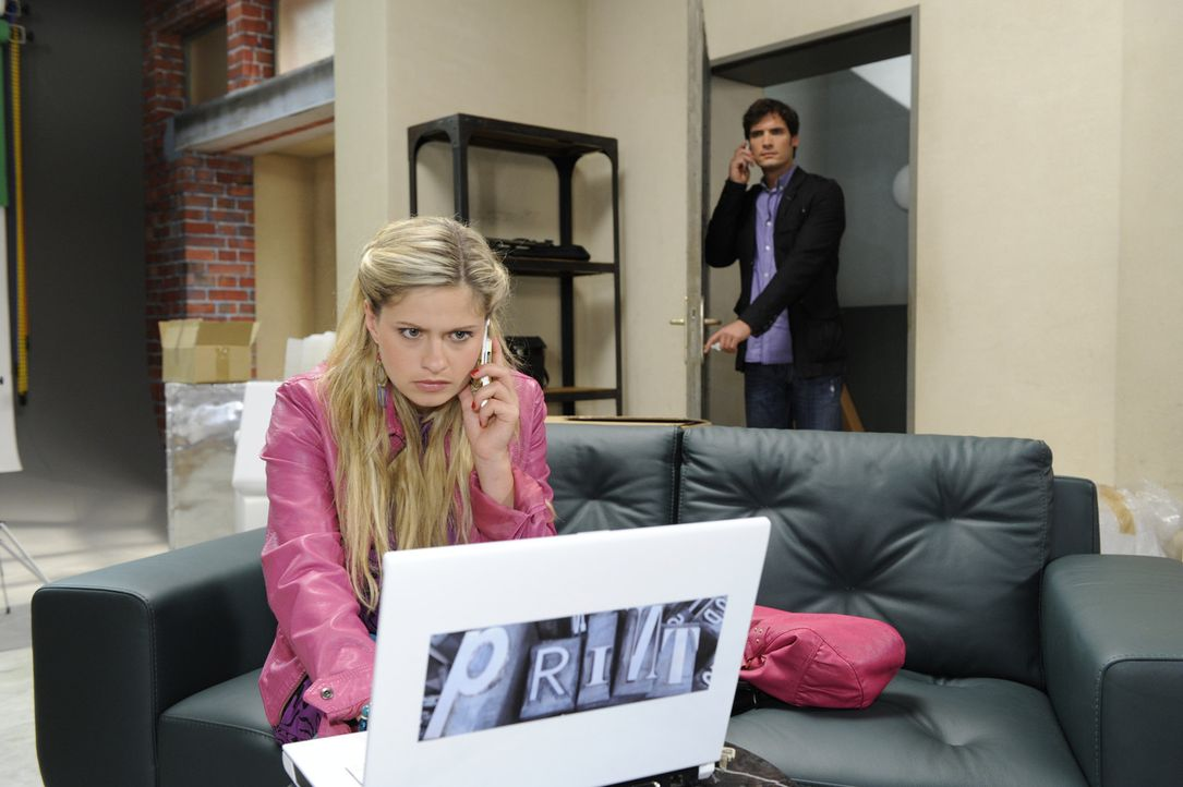 Mia (Josephine Schmidt, l.) wird von Alexander (Paul Grasshoff, r.) in einer verdächtigen Situation ertappt ... - Bildquelle: SAT.1