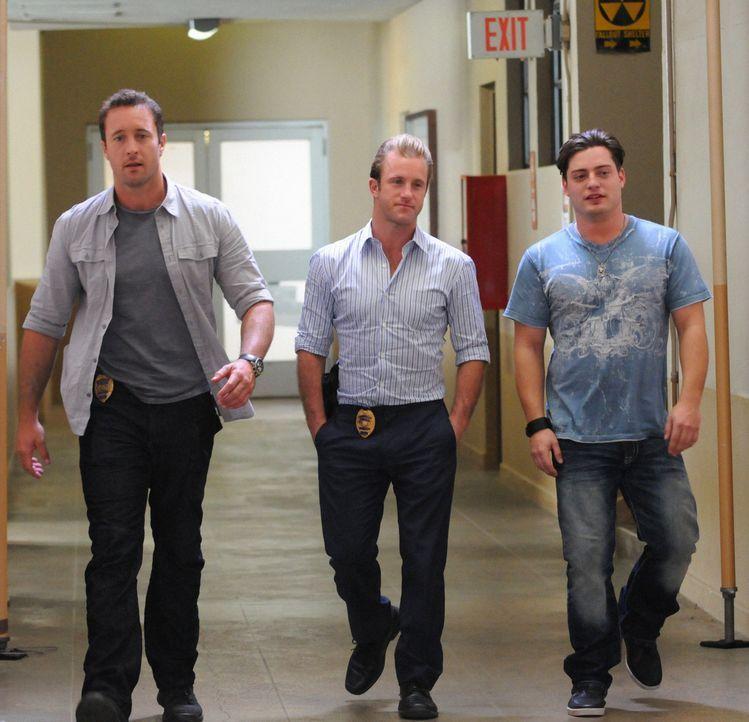 Bei den Ermittlungen in einem neuen Mordfall, wird Steve (Alex O'Loughlin, l.) und das Team dabei von Dannys Neffen Eric (Andrew Lawrence, r.) begle... - Bildquelle: 2012 CBS Broadcasting, Inc. All Rights Reserved.