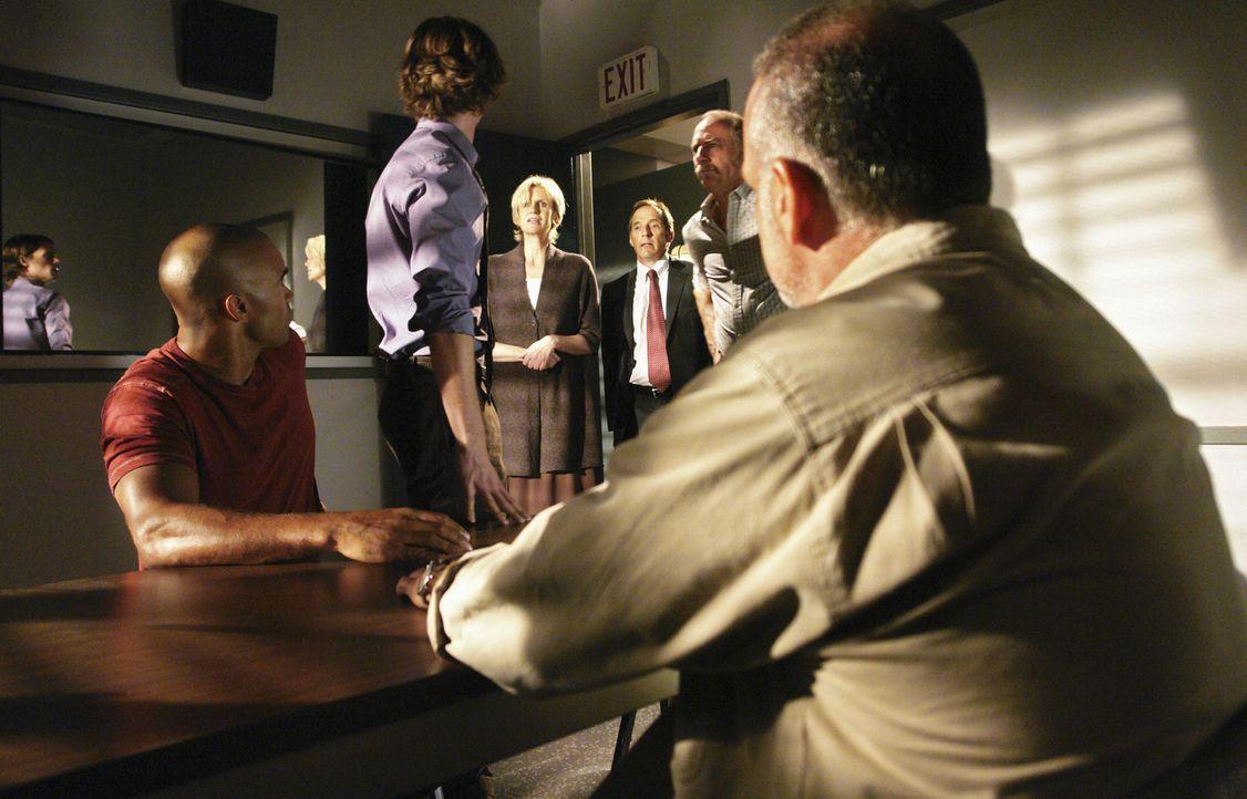 Reid (Matthew Gray Gubler, 2.v.l.) und Morgan (Shemar Moore, l.) ermitteln in einem Fall und verhören dabei Lou Jenkins (Brian Goodman, r.), als pl... - Bildquelle: Touchstone Television