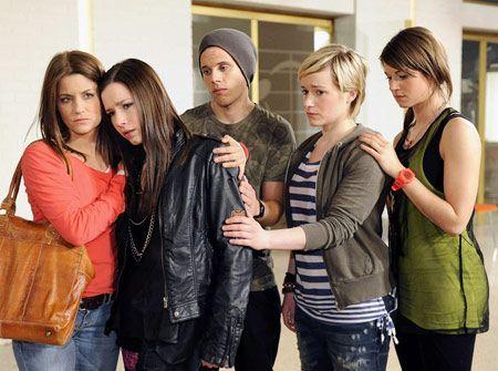 Die STAG-Mitglieder sind betroffen von der Nachricht, dass Timo gelähmt ist. - Bildquelle: Christoph Assmann - Sat1
