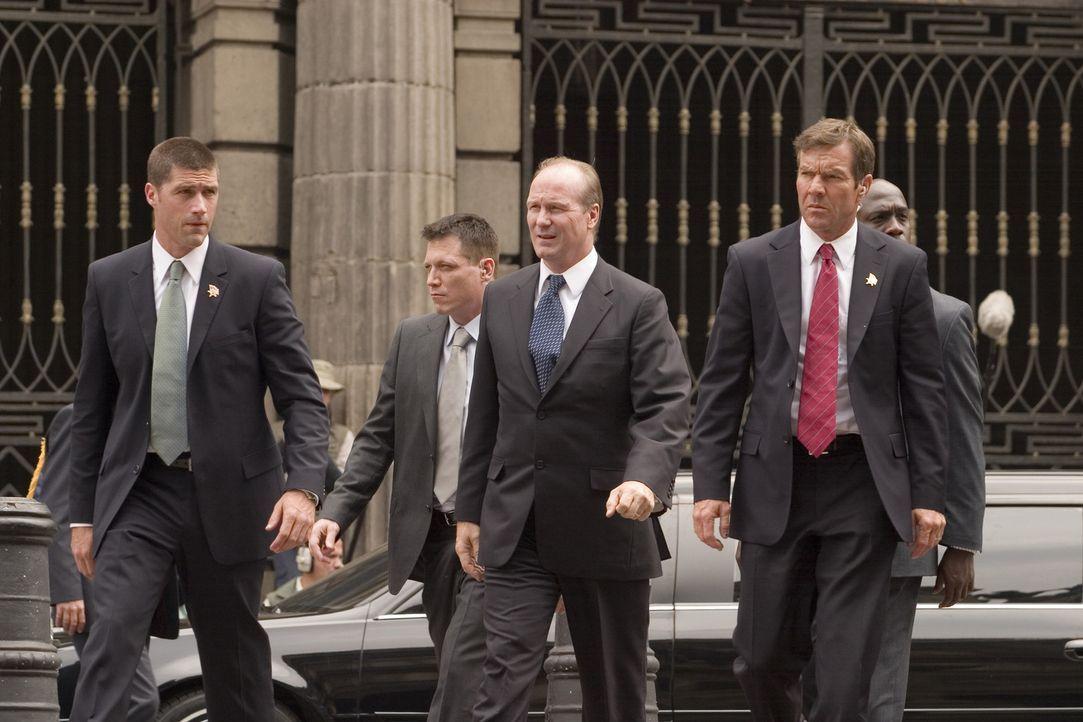 Die beiden Secret Service Agenten Thomas Barnes (Dennis Quaid, r.) und Kent Taylor (Matthew Fox, l.) begleiten Präsident Ashton (William Hurt, M.)... - Bildquelle: 2008 Columbia Pictures Industries, Inc. and GH Three LLC. All Rights Reserved.
