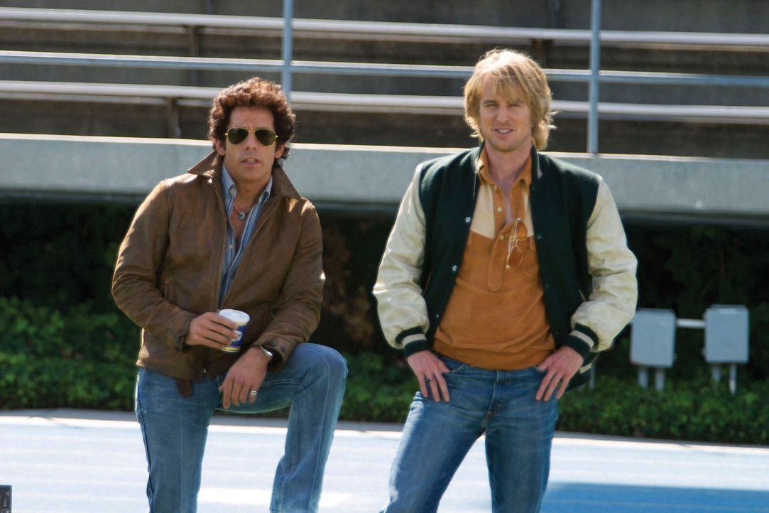 Bay City, Mitte der 70er: Die Polizisten David Starsky (Ben Stiller, l.) und Hutch (Owen Wilson, r.) sollen einen Drogendealer überführen, der ein... - Bildquelle: Buena Vista International