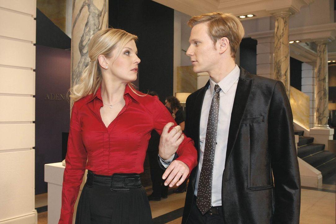 Alexandra (Ivonne Schönherr, l.) stellt gegenüber Philip (Philipp Romann, r.) klar, dass es ein einmaliger Ausrutscher war ... - Bildquelle: SAT.1