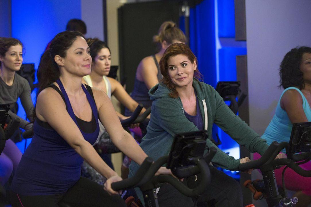 Um einen Mörder fassen zu können, schreckt Laura (Debra Messing, r.) nicht mal vor Sport zurück ... - Bildquelle: Warner Bros. Entertainment, Inc.