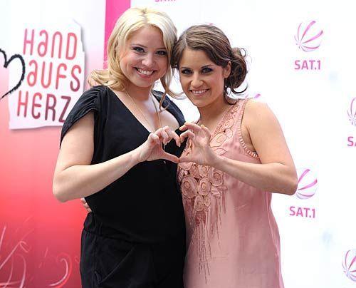"""""""Miriam"""" Caro Frier und """"Bea"""" Vanessa Jung. - Bildquelle: Sat 1"""