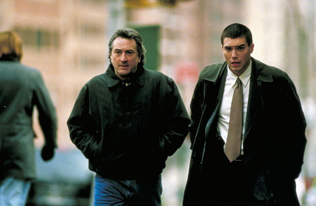 Detective Vincent (Robert De Niro, l.) und Dave Simon (Anson Mount, r.) suchen eine Nadel in einem Heuhaufen ... - Bildquelle: Warner Bros.