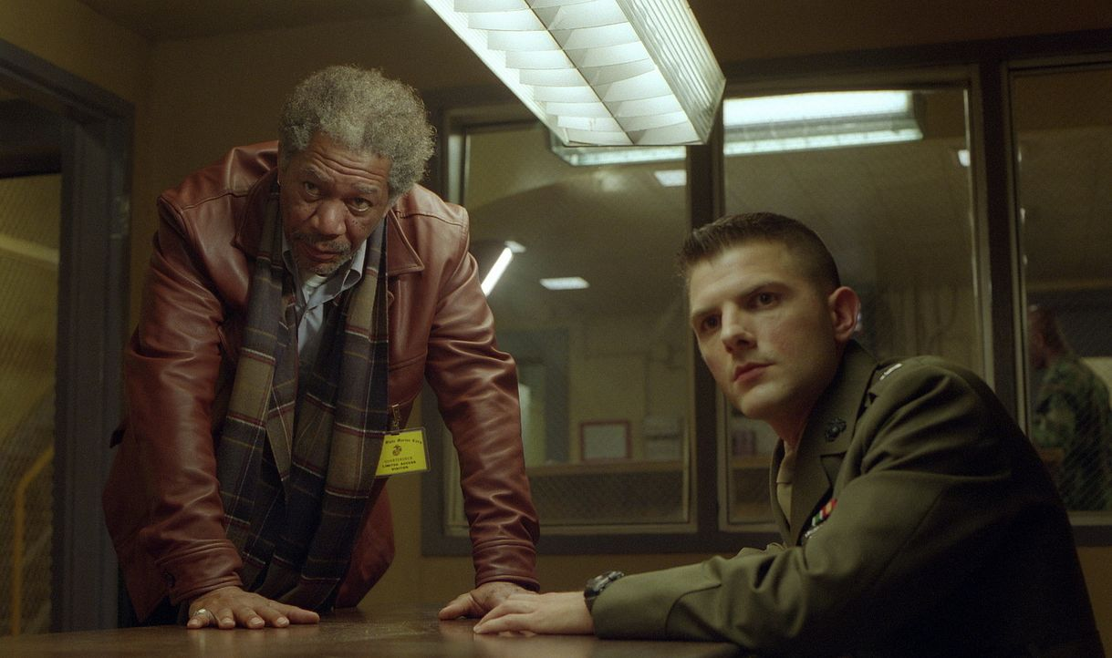 Im Netz vieler Lügen gefangen: der abgehalfterte Anwalt Charlie Grimes (Morgan Freeman, l.) und der junge unerfahrene Militäranwalt Embry (Adam Sc... - Bildquelle: 20th Century Fox Film Corporation