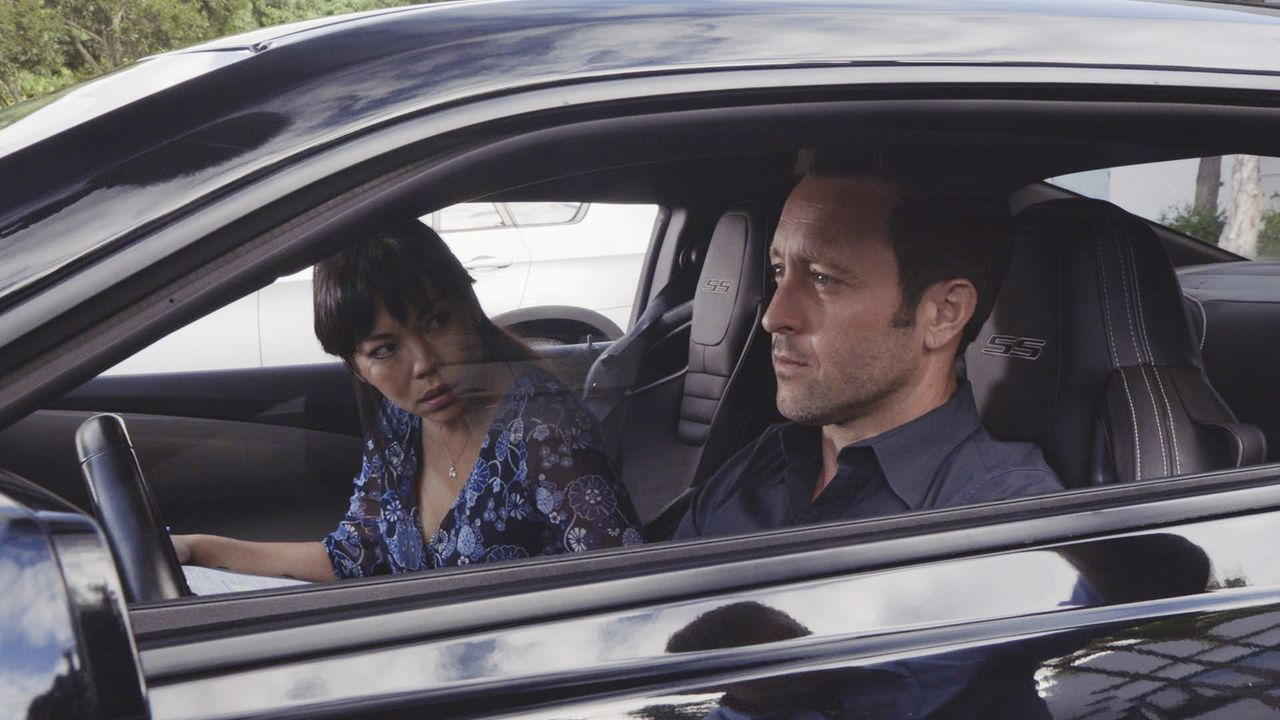Steve McGarrett (Alex O'Loughlin, r.) muss eine Fahrt mit einer Fahrlehrerin (Cathy Tanaka, l.) bestehen, um seinen Führerschein behalten zu dürfen.... - Bildquelle: 2016 CBS Broadcasting, Inc. All Rights Reserved