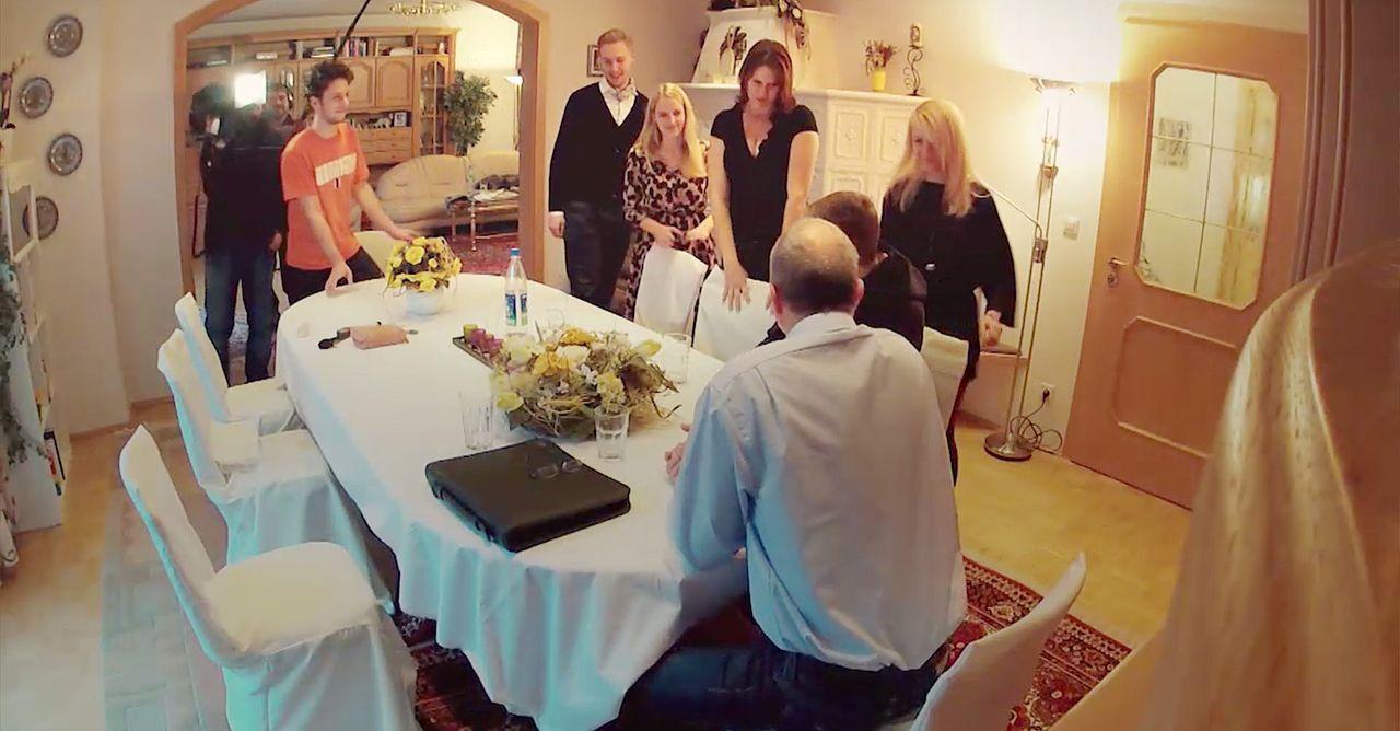 Eine Zerreißprobe wartet auf Maxi (2.v.r.), als er die vermeintliche Familie seiner Freundin Doro (3.v.r.) kennenlernt: Papa Bernd (Bernd Dechamps,... - Bildquelle: SAT.1