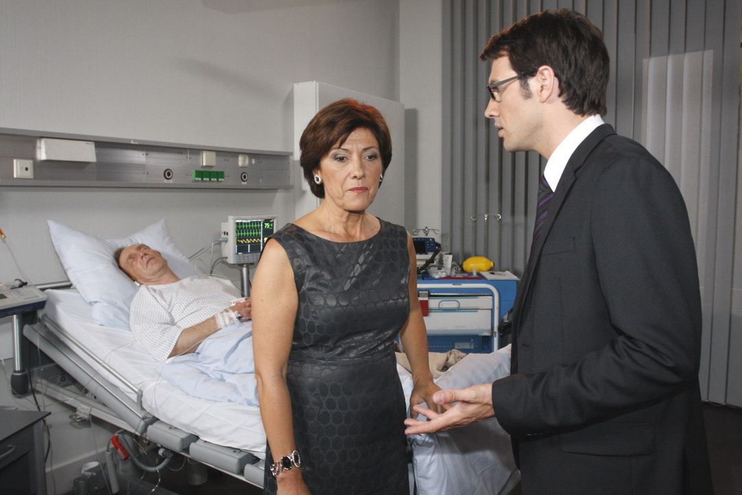 Mark (Arne Stephan, r.) erfährt von Ingrid (Olivia Silhavy, M.), dass sein Vater Adrian (Joachim Kappl, l.)  im Sterben liegt ... - Bildquelle: SAT.1