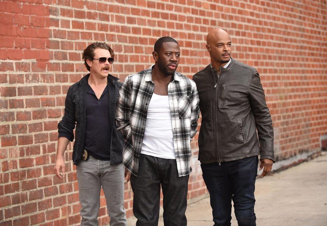 Hat Booker (Sheaun McKinney, M.) sein Crewmitglied erschossen, weil er selbst ein Undercover-Agent einer Sicherheitsbehörde ist? Riggs (Clayne Crawf... - Bildquelle: Warner Brothers