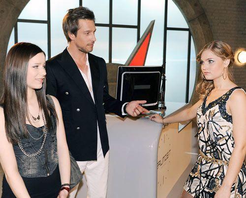 Im Plattenlabel muss sich Luzi auf ihren ersten Auftritt vorbereiten. Frank stellt ihr Caro als neue Stylingberaterin an die Seite ...  - Bildquelle: Christoph Assmann - Sat1
