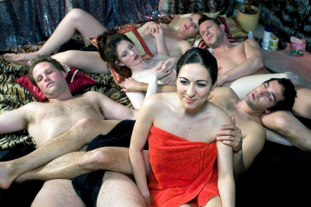 Können Frauen anstrengend sein! Jetzt ist man schon mal im Swinger-Club, dann sollte der Bedarf doch endlich gedeckt sein, oder? Aber es reicht ansc... - Bildquelle: Guido Engels Sat.1