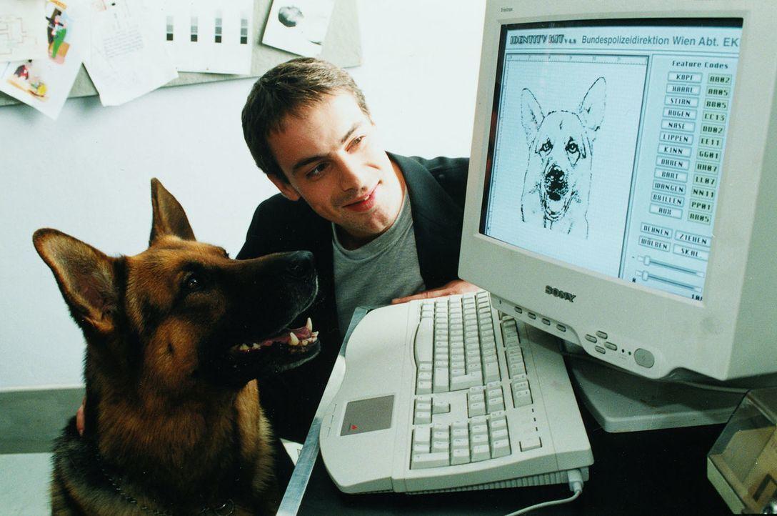 Kommissar Brandtner (Gedeon Burkhard, r.) weiht seinen Partner Rex in die Geheimnisse der Technik ein ... - Bildquelle: Ali Schafler Sat.1