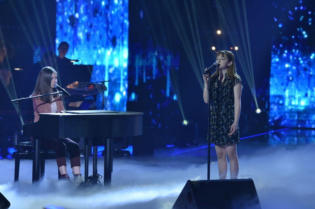 Mimi und Josi 2 Auftritt am Klavier - Bildquelle: SAT.1 / Andre Kowalski
