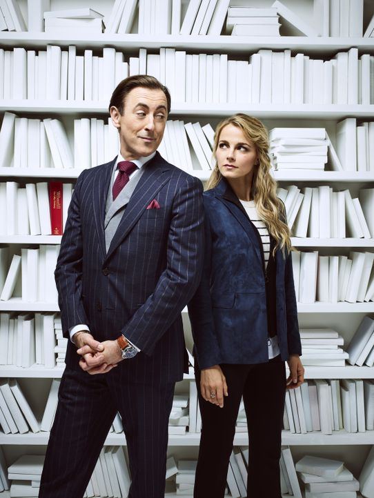 (1. Staffel) - Als Ermittlerduo lösen der Professor Dr. Dylan Reinhart (Alan Cumming, l.) und Detective Lizzie Needham (Bojana Novakovic, r.) myster... - Bildquelle: James Dimmock 2017 CBS Broadcasting Inc. All Rights Reserved.