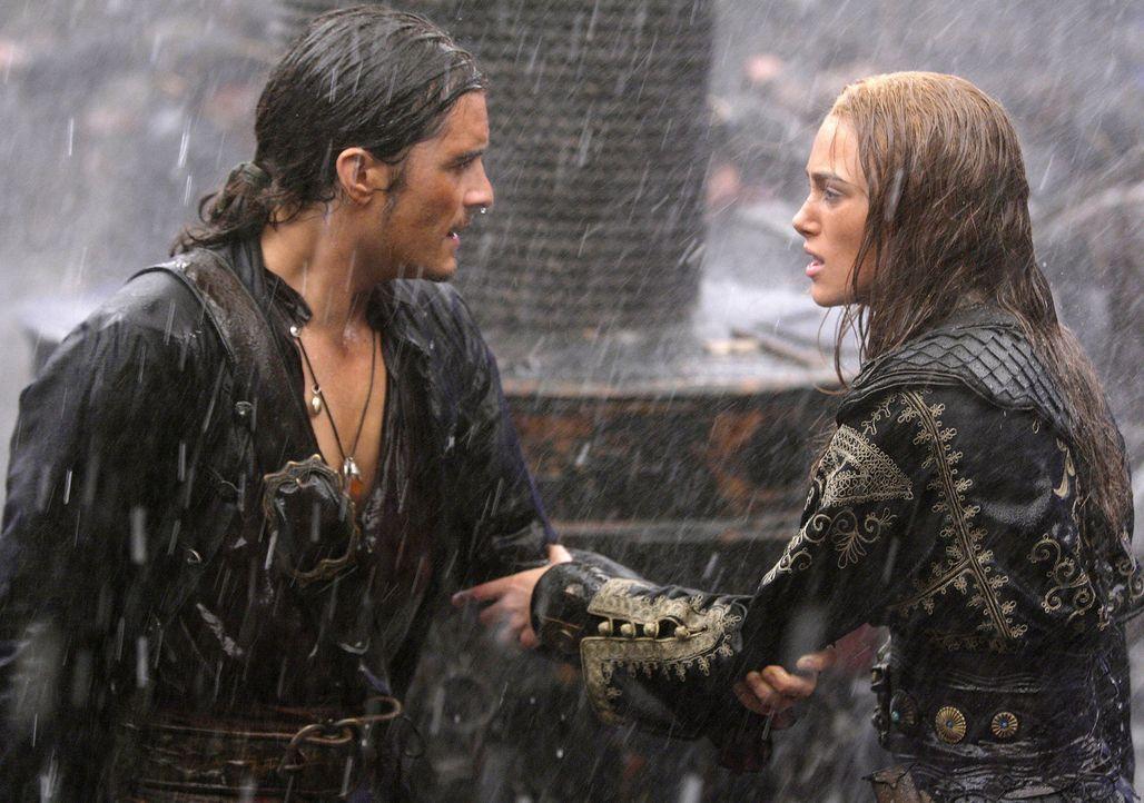 Will Turner (Orlando Bloom, l.) spielt nicht mit offenen Karten und gefährdet so seine Liebe zu Elizabeth (Keira Knightley, r.) ... - Bildquelle: Disney Enterprises, Inc.  All rights reserved