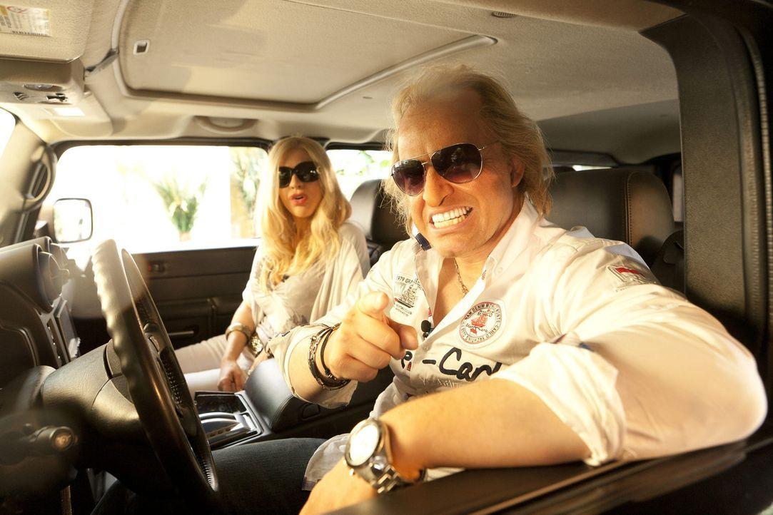 Mit dem Hummer zum Shoppen: Carmen (Martina Hill, l.) und Robert (Martin Klempnow, r.) Geiss feiern ihren Hochzeitstag ... - Bildquelle: Kai Schulz ProSieben
