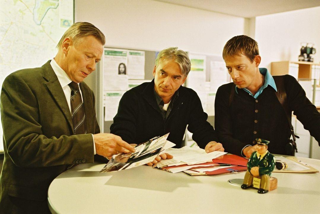 Bernd Klein (Günter Junghans, l.) will Ergebnisse von seinen Kommissaren Jo (Christoph M. Ohrt, M.) und Horst (Luc Feit, r.) sehen. - Bildquelle: Hardy Spitz Sat.1