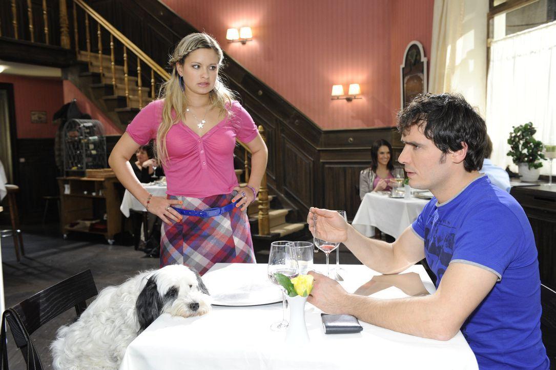 Alexander (Paul Grasshoff, r.) kann nicht glauben, dass Mia (Josephine Schmidt, l.) seine Lebensretterin ist ... - Bildquelle: SAT.1