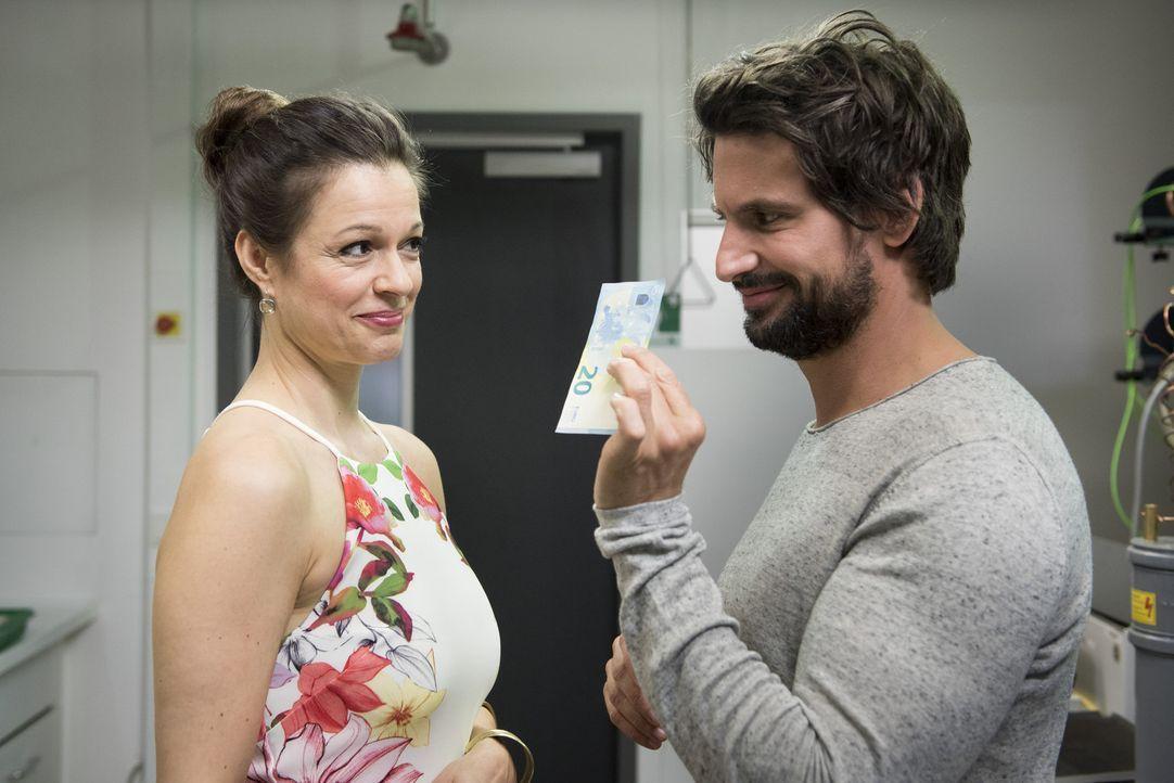 Einstein (Tom Beck, r.) wäre nicht Einstein, wenn er nicht eine Überraschung für Chiara (Suzan Anbeh, l.) parat hätte ... - Bildquelle: Martin Rottenkolber SAT.1