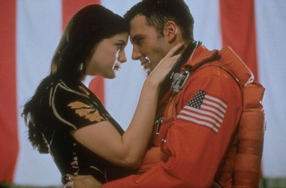 Als Grace (Liv Tyler, l.) erfährt, dass ihre heimliche Liebe, A. J. (Ben Affleck, r.),  und ihr Vater Harry ins All fliegen werden, um einen Meteor... - Bildquelle: Touchstone Pictures