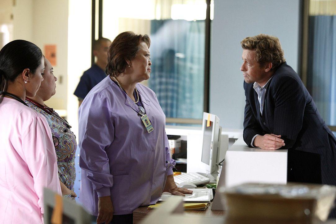 Als auf einem Golfplatz ein Arzt tot aufgefunden wird, werden Patrick (Simon Baker, r.) und seine Kollegen mit dem Fall beauftragt. Sofort beginnt d... - Bildquelle: Warner Bros. Television