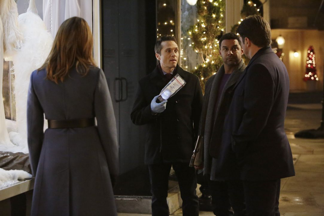 Als ein Arzt der Notaufnahme auf offener Straße angeschossen wird, beginnen Castle (Nathan Fillion, r.), Beckett (Stana Katic, l.), Ryan (Seamus Dev... - Bildquelle: ABC Studios