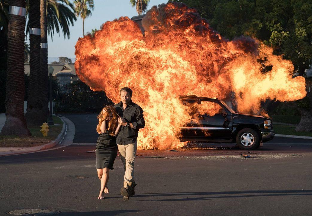 Riggs (Clayne Crawford, r.) und Murtaugh müssen den Mord an einer jungen Frau untersuchen, dabei trifft Riggs auf Rachel (Elizabeth McLaughlin, l.),... - Bildquelle: 2016 Warner Brothers