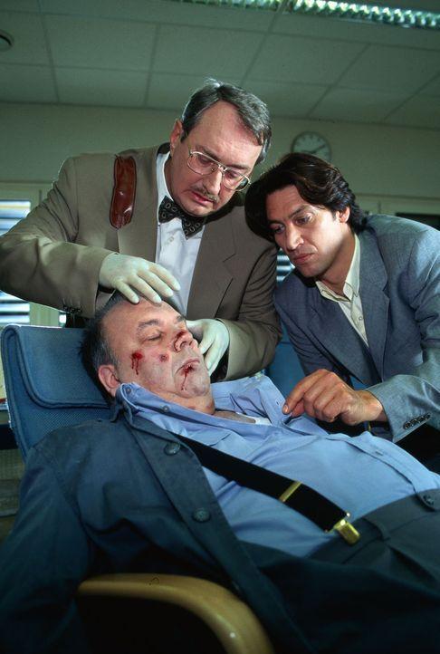 Ein Pförtner des Krankenhauses, in dem die Leiche der jungen Karin Sandner aufgebahrt ist, wird erwürgt aufgefunden. Kommissar Moser (Tobias Moretti... - Bildquelle: Ali Schafler Sat.1
