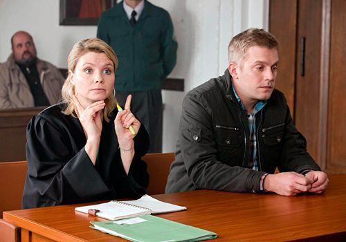 Danni (Annette Frier) geht mit Adam eine Wette ein, wer den Fall verliert, räumt den Platz in der Passage, denn: es kann nur einen geben...    - Bildquelle: Frank Dicks - Sat1
