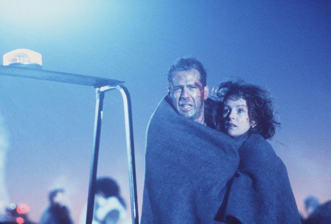 Ein Weihnachtsfeuerwerk der anderen Art: McClane (Bruce Willis, l.) und seine Frau Holly (Bonnie Bedelia, r.) können sich nun endlich dem Weihnacht... - Bildquelle: 20th Century Fox