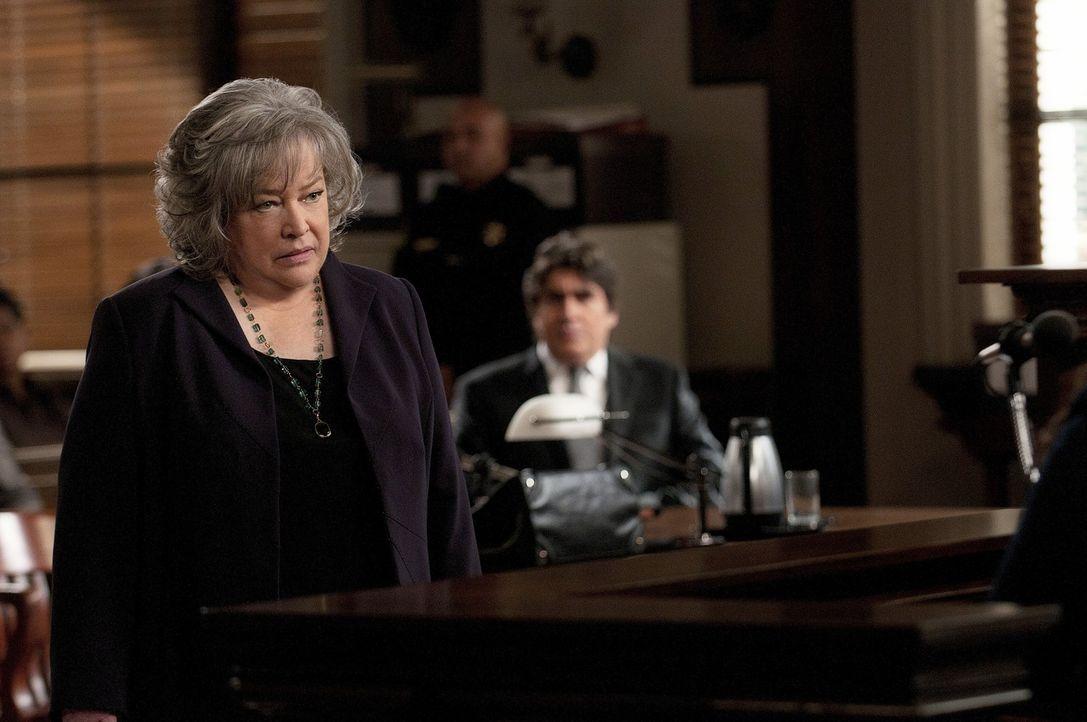 Harry's (Kathy Bates, l.) Versuch, das Verfahren zu beenden, schlägt fehl. Nun müssen sie und ihr Team alles probieren Eric Sanders (Alfed Molina,... - Bildquelle: Warner Bros. Television