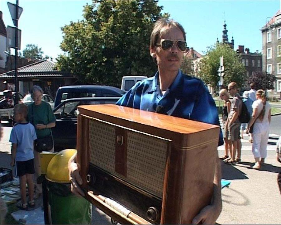 In Deutschland, speziell in Nordrhein-Westfalen, wird gesammelt, was das Zeug hält. Manfred freut sich über sein Uralt-Radio-Schnäppchen. - Bildquelle: Sat.1
