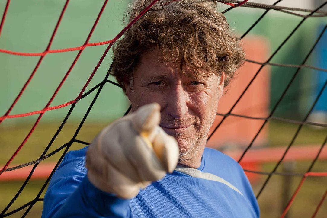 Steht der Obdachenlosen-Fußballmannschaft bei: Toni Schumacher (Toni Schumacher) ... - Bildquelle: SAT.1