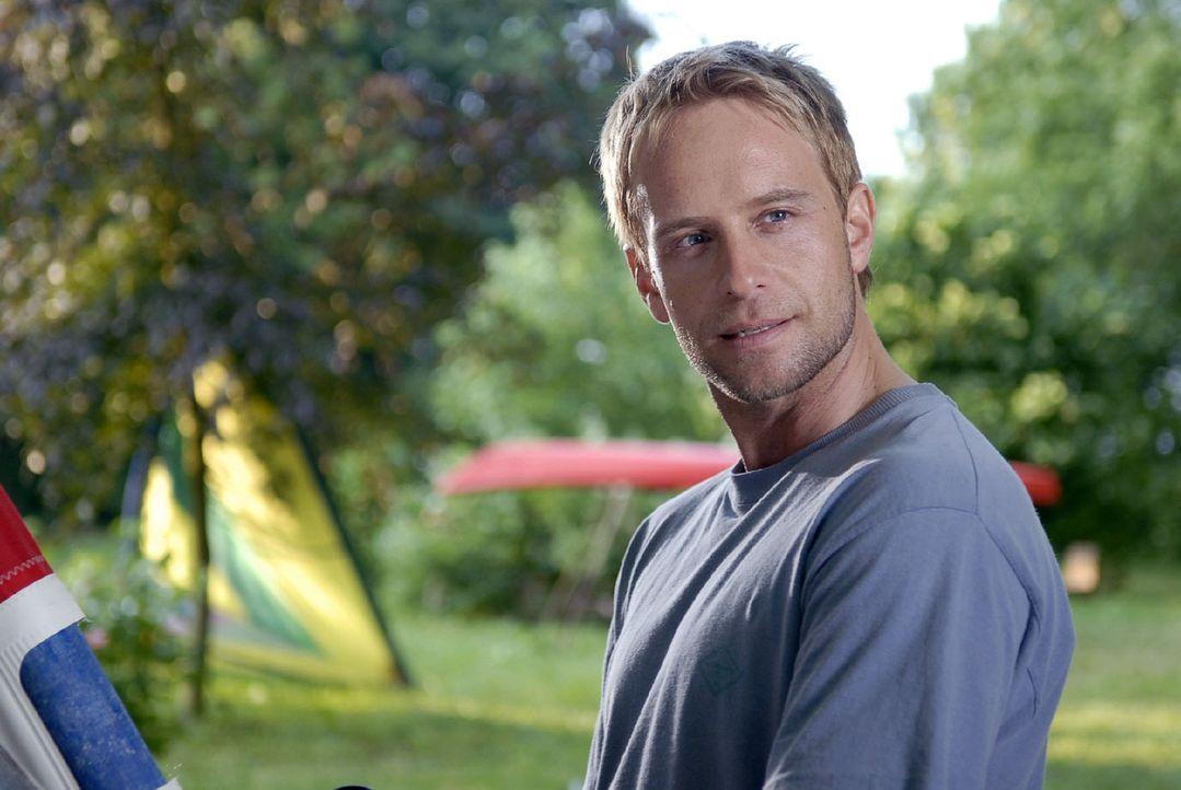 Tom (Julian Weigend) ist überrascht und genervt, als Jackie nach Jahren plötzlich in der Surfschule auftaucht. Aber scheinbar kann sie nicht mal m... - Bildquelle: Sat.1