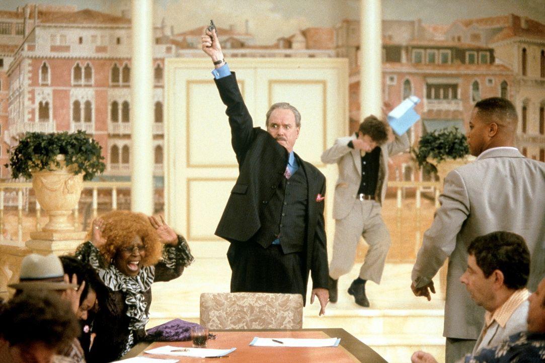 Startschuss: (v.l.n.r.) Vera (Whoopi Goldberg), Casinochef Donald Sinclair (John Cleese) , Enrico (Rowan Atkinson) und Owen( Cuba Gooding Jr.) ... - Bildquelle: Senator Film