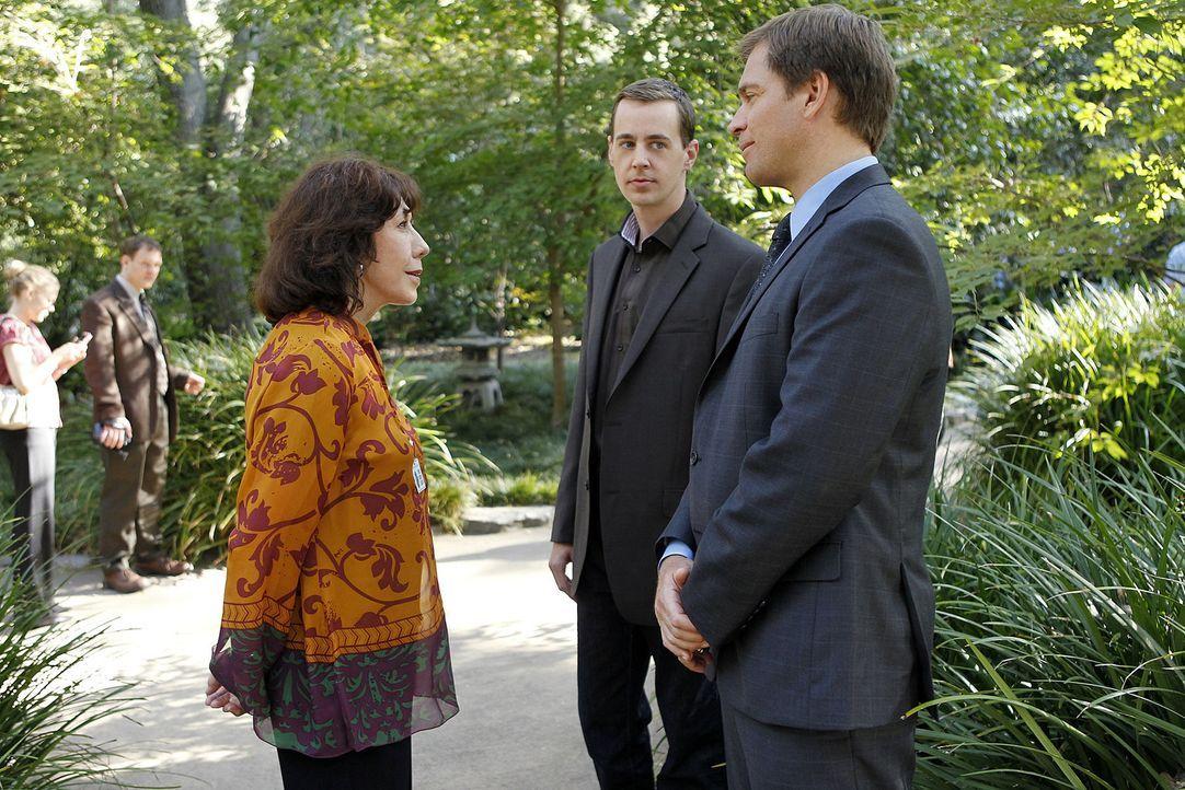 Ein neuer Fall beschäftigt das Team um Tony (Michael Weatherly, r.). Doch was hat McGees (Sean Murray, M.) Großmutter (Lily Tomlin, l.) damit zu t... - Bildquelle: CBS Television