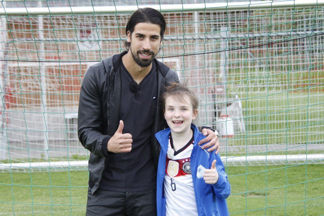 Für Rosalie (r.) geht ein großer Wunsch in Erfüllung: Sie trifft Fußball-Weltmeister Sami Khedira (l.) ... - Bildquelle: SAT.1