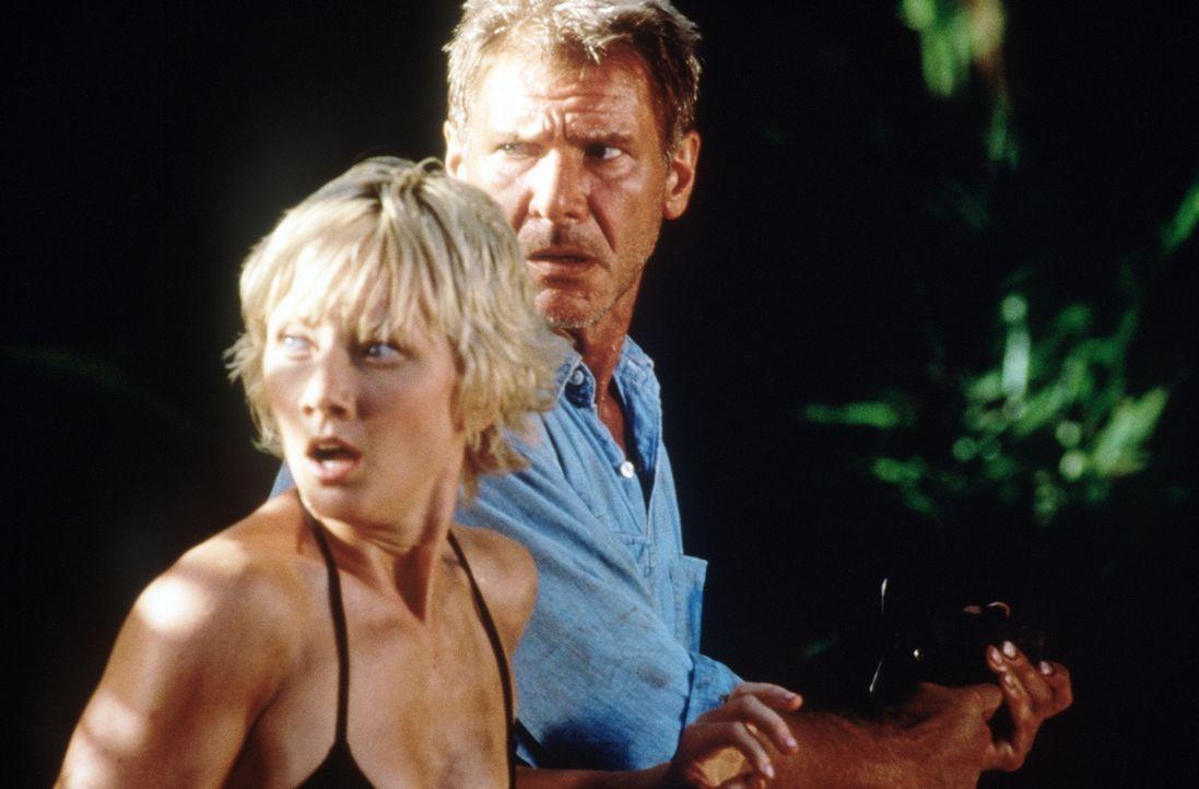 Im Kampf ums Überleben: Robin Monroe (Anne Heche, l.) und Quinn Harris (Harrison Ford, r.) ... - Bildquelle: Touchstone Pictures