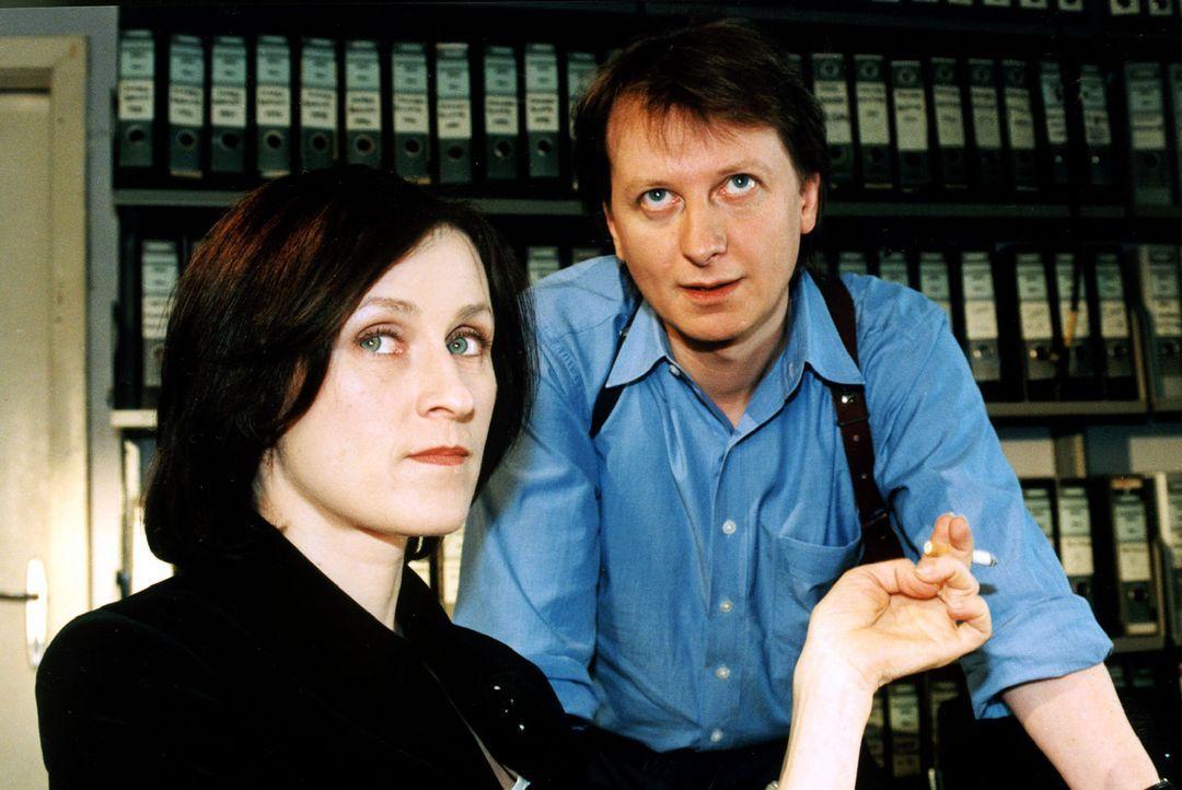 Die Kartenlegerin Natascha Kaminski (Sophie Rois, l.) wird verdächtigt, in den Mord an Frau Clausen verwickelt zu sein, weil im Mund der Toten eine... - Bildquelle: Sat.1