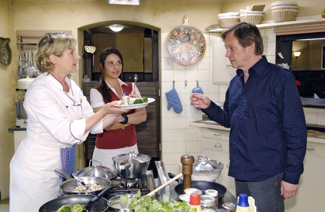 Susanne (Heike Jonca, l.) präsentiert Armin (Rainer Will, r.) und Paloma (Maja Maneiro, M.) ihr Probeessen für den Restauranttester. Doch ausgerec... - Bildquelle: Sat.1