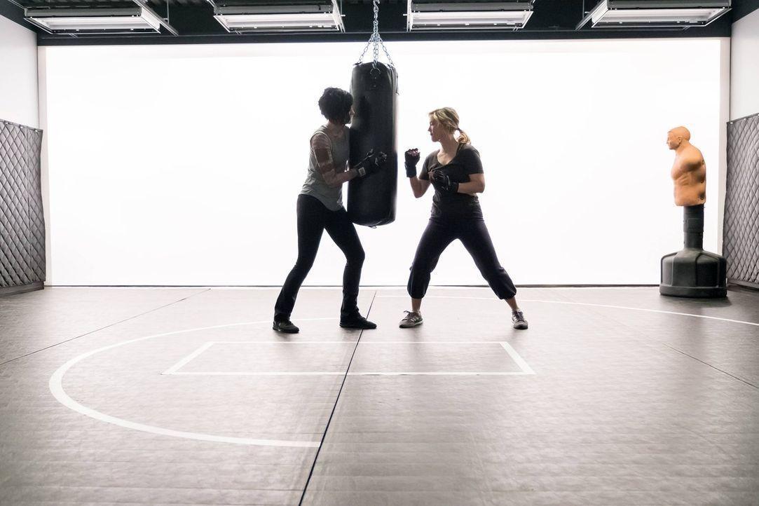 Während sich Patterson (Ashley Johnson, r.) und Jane (Jaimie Alexander, l.) am Boxsack abrackern, infiltrieren kriminelle Hacker das FBI-Gebäude, um... - Bildquelle: Warner Brothers
