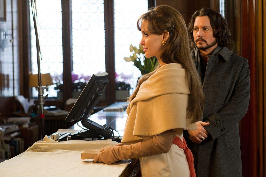 Um ihre Verfolger auf die falsche Fährte zu locken, verbringt Elise (Angelina Jolie, l.) ihre Zeit mit dem Mann Frank Tupelo (Johnny Depp, r.), der... - Bildquelle: CPT Holdings, Inc.  All Rights Reserved.
